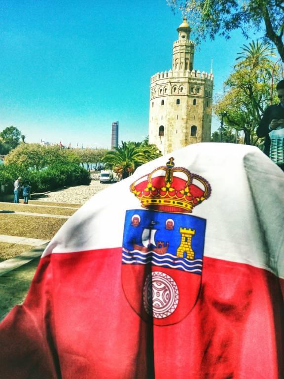 Bandera de Cantabria en la Torre del Oro (Sevilla)