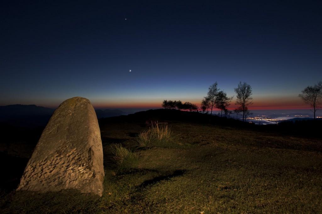 La Luna y Venus desde el Menhir del Alto de Lodos (Cantabria) de @jmmpereda