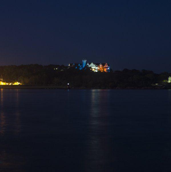 El Palacio de la Magdalena luce los colores de la Bandera de Francia Vía @Marcisenior