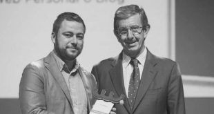 Recogiendo el premio de manos de Luis Revenga Sánchez Presidente de El Diario Montañés (DM)