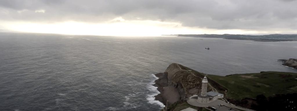 Faro de Cabo Mayor y la playa de Mataleñas en Santander (Cantabria)