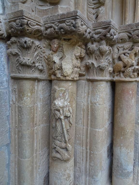 Detalle pórtico principal de la Iglesia de Piasca