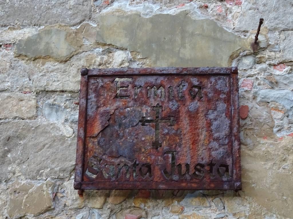 Cartel oxidado de la ermita