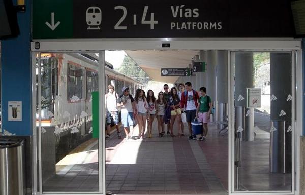 Turistas castellanos llegando en el tren playero