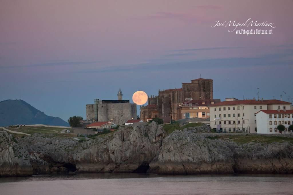 Luna llena sobre Castro Urdiales