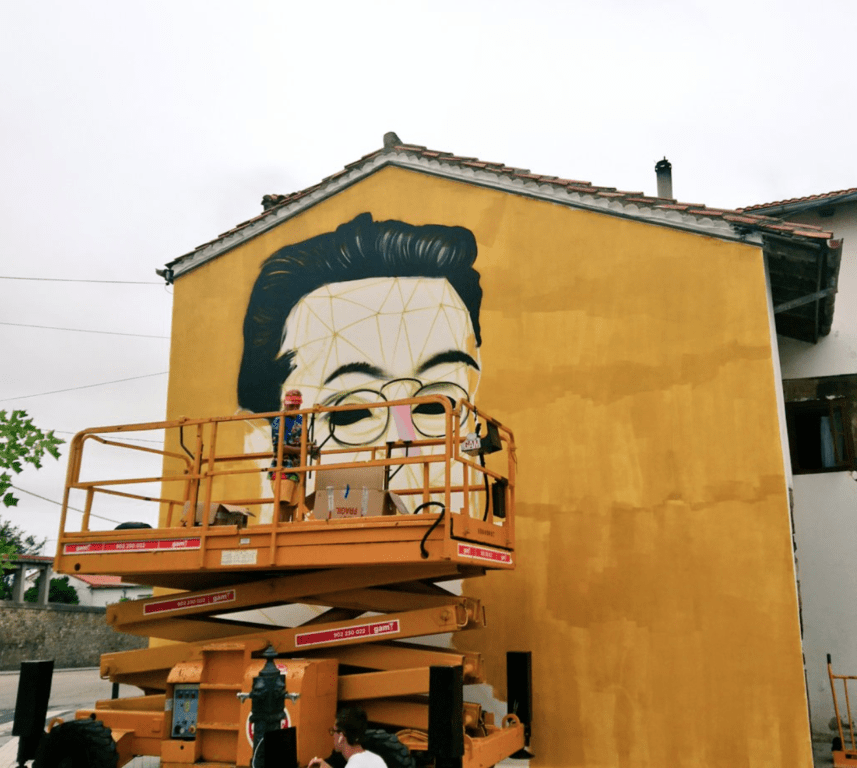 Okuda pintando a José María de Pereda en Polanco vía Jesús Tresgallo