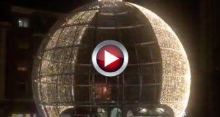 VIDEO Asi luce la bola de navidad de Torrelavega