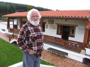 Padre Ernesto Bustio, propietario del Albergue de peregrinos La Cabaña del Abuelo Peuto