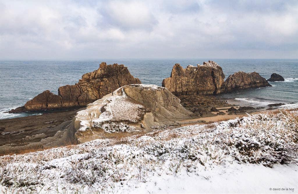 La playa de La Arnía nevada - @Costaquebrada