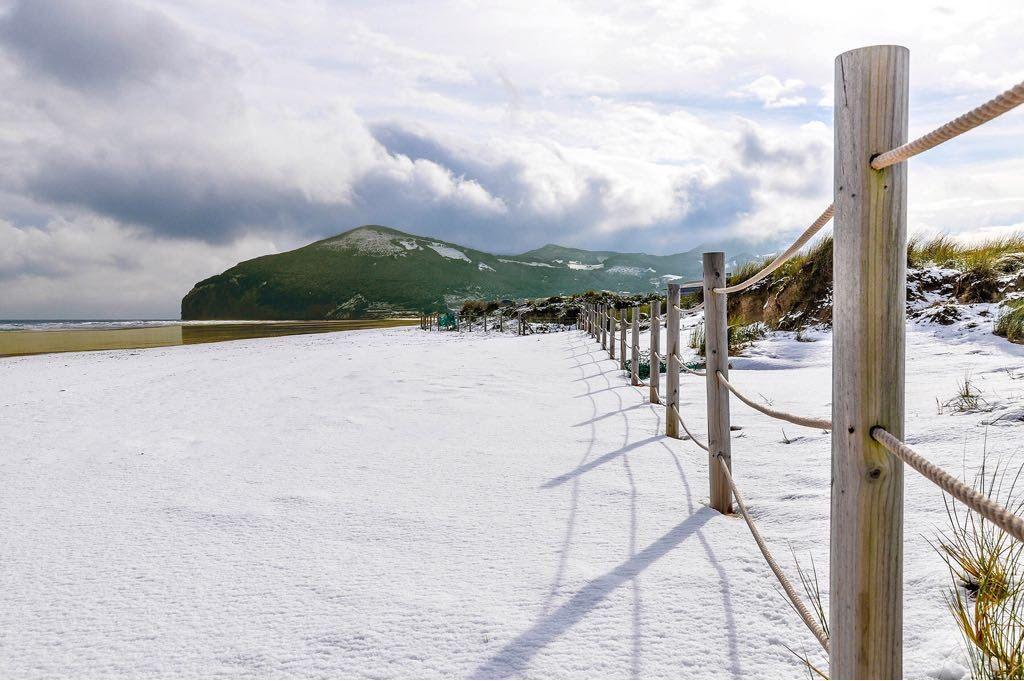 Playa de Berria con Nieve (Santoña) - Faro del Caballo