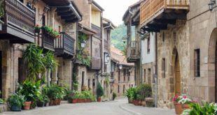 """La calle Camino Real de Cartes (Cantabria) entre """"Las Calles más bonitas de España"""" - SHUTTERSTOCK"""