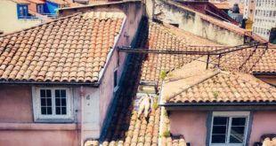 Mujer tomando el Sol en Santander - CA