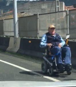 Hombre en silla de ruedas por la Autovía S-10 en dirección contraria (Cantabria)