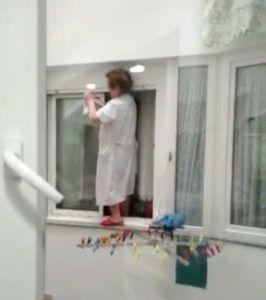 Limpiar las ventanas sin jugarse la vida