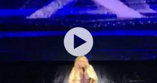 VIDEO Marta Sanchez pierde su vestido en Torrelavega Cantabria