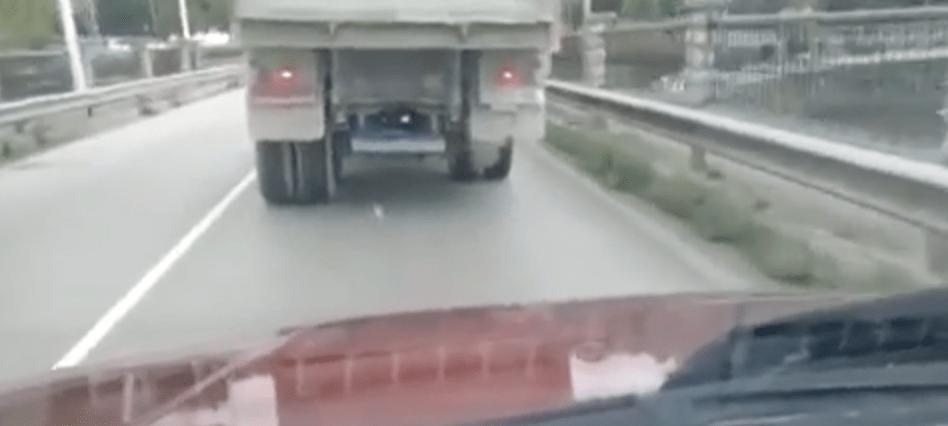 Camión sin ruedas traseras circulando en Cantabria