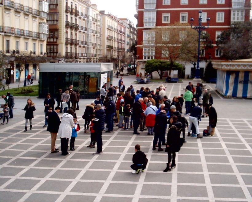 Ultras del Racing y la Gimnástica intercambian cromos en la Plaza de Pombo (Santander)