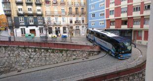 Un autobús atrapado en Santander