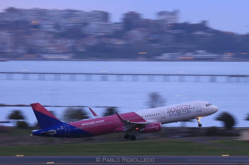 Wizz Air despegando desde el Aeropuerto Seve Ballesteros - Santander - Vía Pablo Rebolledo