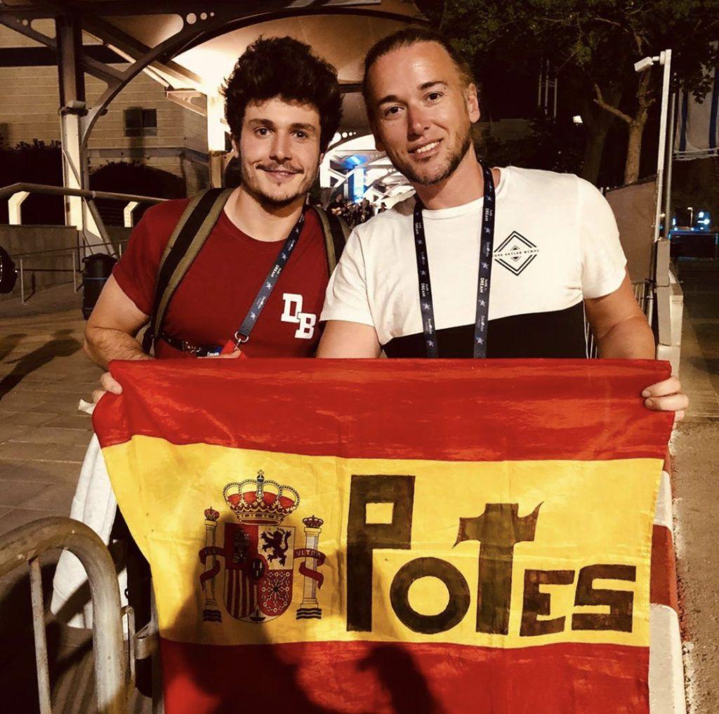 Lucas Cabo con la bandera de Potes y Miki