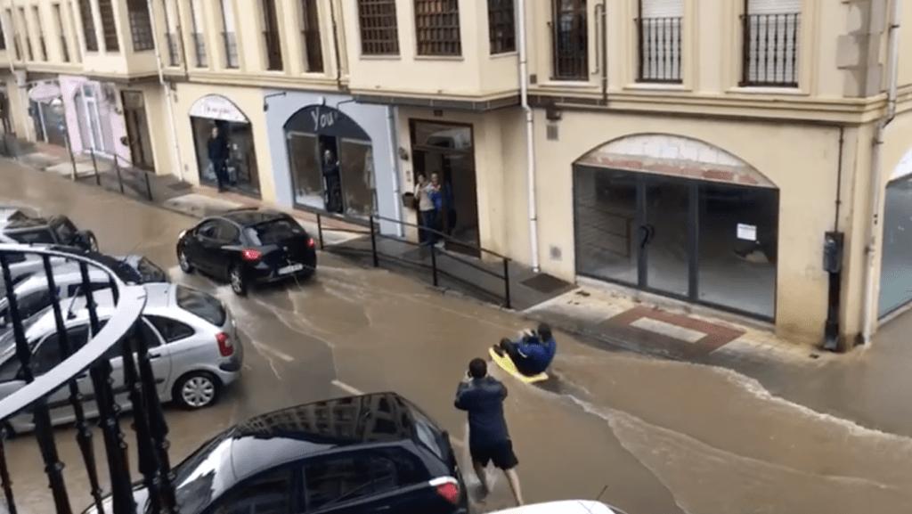 Surfeando el temporal en Sarón (Cantabria)