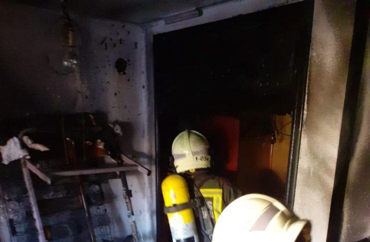 Bomberos del 112 extinguen un incendio en una vivienda de Laredo