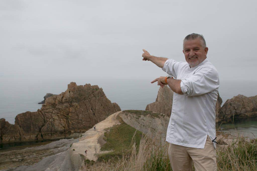 Floren Bueyes, presidente e la ACDC, posa en la playa de La Arnía para la Universidad de Cantabria